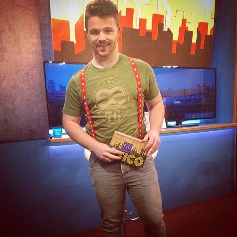 David Enguita el presentador del programa el Atico en el #canal 33 de #televisión con nuestras camisetas ee exclusive.   Ahora mismo lo puedes ver en el #canal 33 de #television