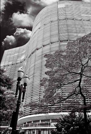 """Projetado por Oscar Niemeyer, o Edifício Copan virou ícone da arquitetura modernista de São Paulo pelas linhas descritas como """"elegantes e sinuosas"""" por seus 35 andares no centro da cidade."""