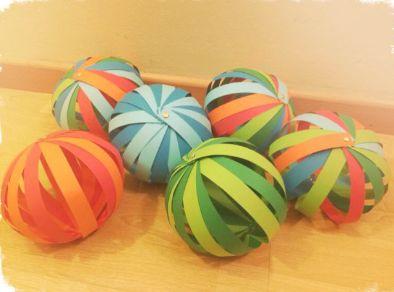 Esferas de cartulinas ideadas para decorar dormitorios infantiles o celebraciones de cumpleaños
