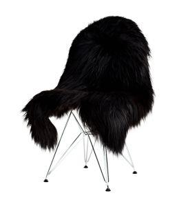 Snyggt med fårskinn över stol