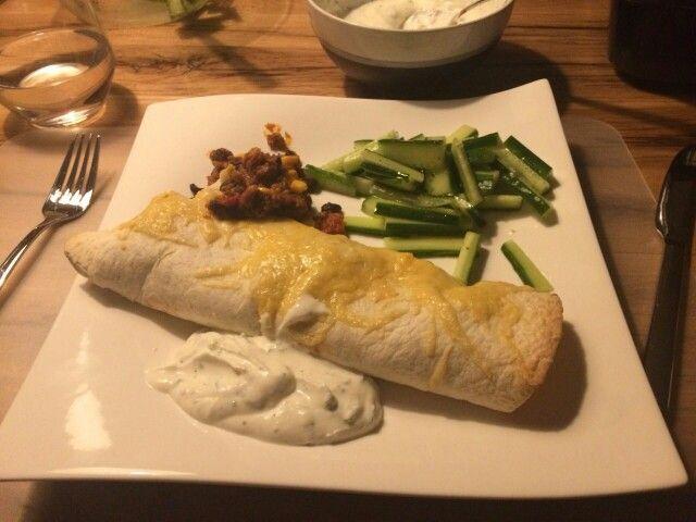 Het resultaat: een prachtig bord met komkommersalade, enchiladas en een saus van yoghurt , koriander, peper, zout en citroen. Smullen !