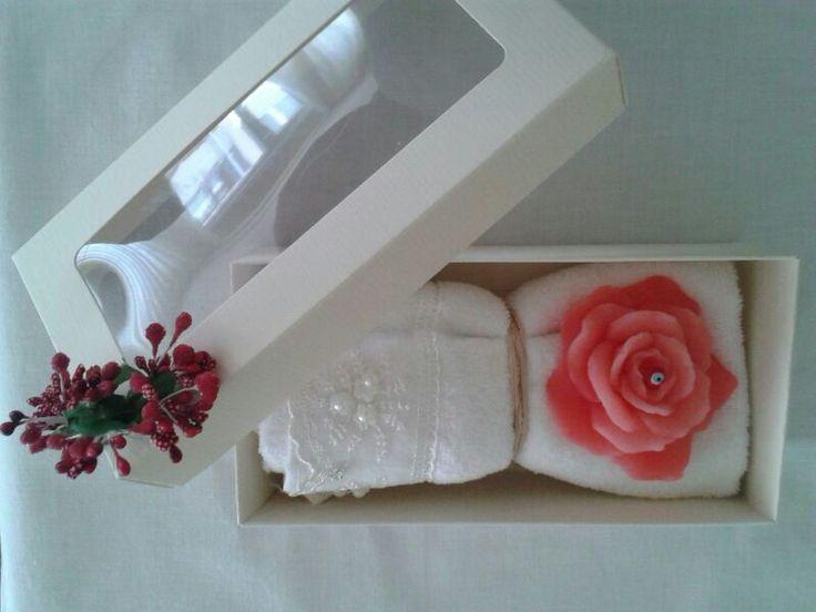 Açan Gül Havlu: Mis kokulu Pembe Gül Sabun ile süslenmiş Beyaz Havlu'muzu düğünlerde gelen konuklarınıza, Anneler Günü'nde annenize ya da arkadaşınızın doğum gününde arkadaşınızı şık bir hediye alternatifi olarak sunabilirsiniz. Tamamen elde üretilen bu ürünümüz için değişiklik yapmak ya da farklı alternatiflerle sunmak için bizimle iletişime geçebilirsiniz. #miskokulu #temiz #tasarım #özel #kişiyeözel