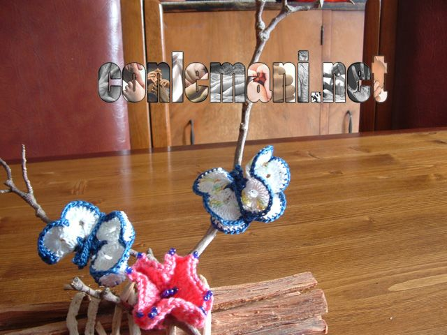 Dolci farfalline si posano su un ramoscello #gratis #conlemani