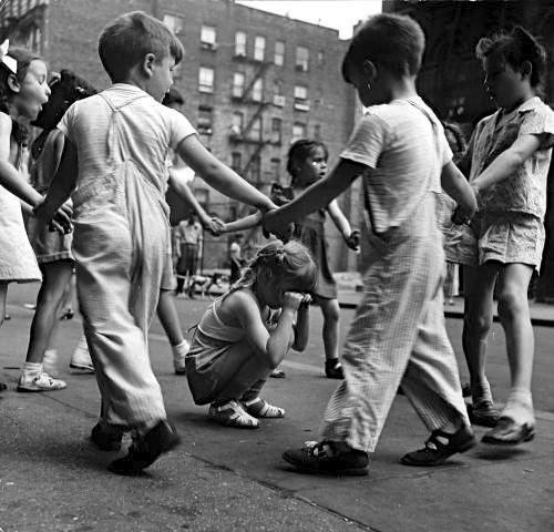 Er zat een klein zigeunermeisje huilend op een steen.Playing Games on the Sidewalk 1948   Photo: Esther Bubley