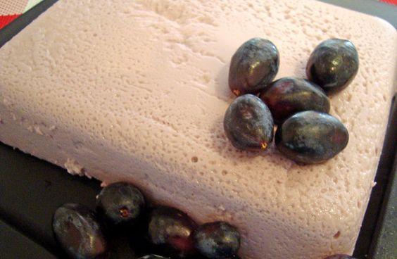 GELATINA ESPUMOSA DE UVA GELATINA ESPUMOSA DE UVA  Ingredientes  1 sobre de gelatina para agua sabor uva½ L de agua1 lata de leche evaporada1 taza de uvas rojas sin semilla
