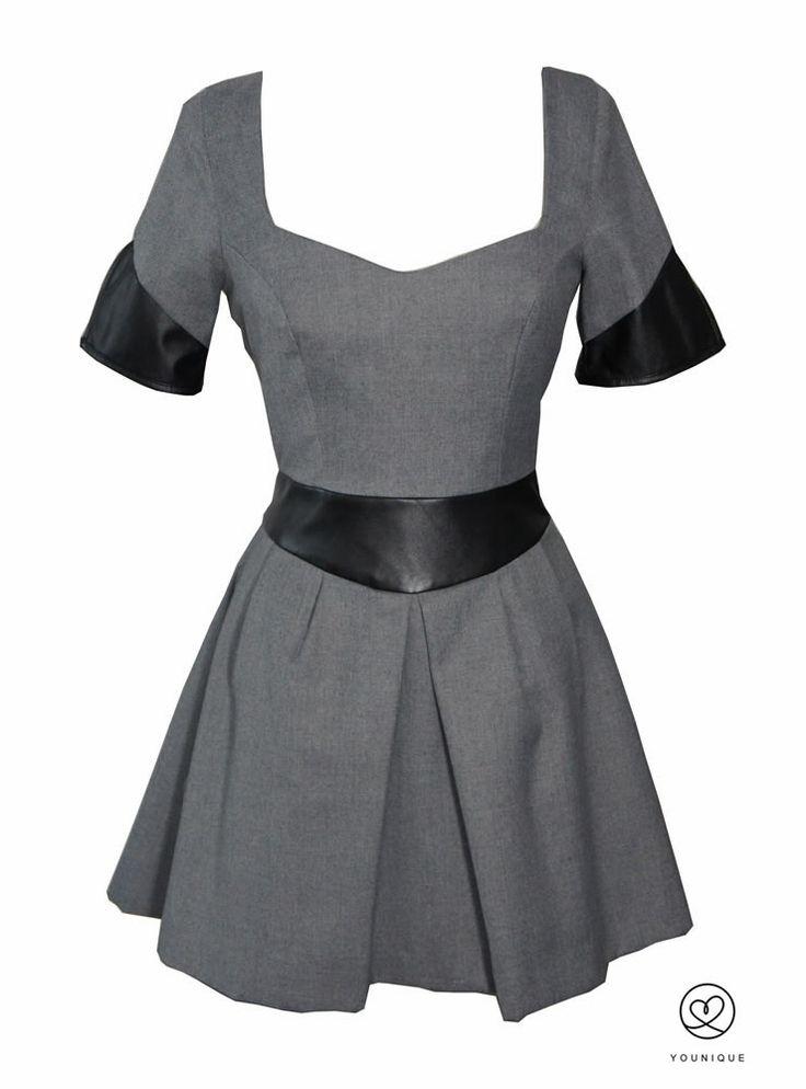 Vestido Daluna de manga corta elaborado en sarga y polipel. Ceñido en cintura y con falda de pliegues. 156,00€ http://www.younique.es/productos/mujer/vestidos/vestido-sophie