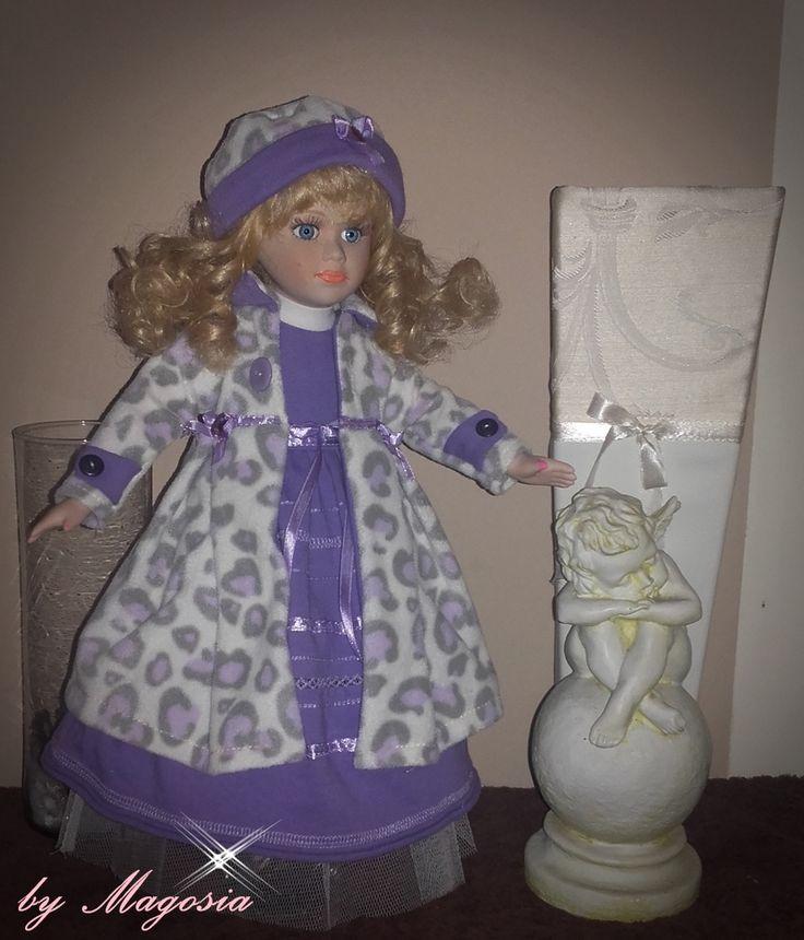 lalka porcelanowa w sukience , płaszczyku i czapce