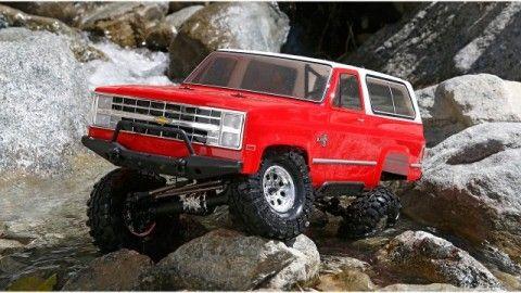 Er gehört zu den gefragtesten Offroadern aller Zeiten: Der Chevrolet K-5 Blazer von 1986. Kein Berg ist ihm zu hoch, kein Fluss zu tief. Mit dem Blazer kommen Sie durch jedes Gelände. Der Nachfolger des erfolgreichen Vaterra Ascender Kits erscheint in einer RTR-Version, mit allem was Sie für eine coole Offroad-Tour brauchen. Mit lizenzierter Karosserie und Interco Super-Swamper-Reifen sieht die RC-Version nicht nur genauso cool aus wie das Original, sondern lässt sich auch so fahren.