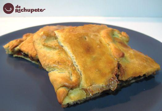 Empanada gallega de lomo  Hay una variedad impresionante de empanadas en Galicia. En este caso es la típica de raxo. Os escribo alguna de las más ricas: de xoubas, de bacalao con pasas, de zorza...