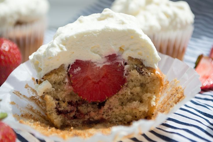 Cupcakes med jordbær og flødeskum