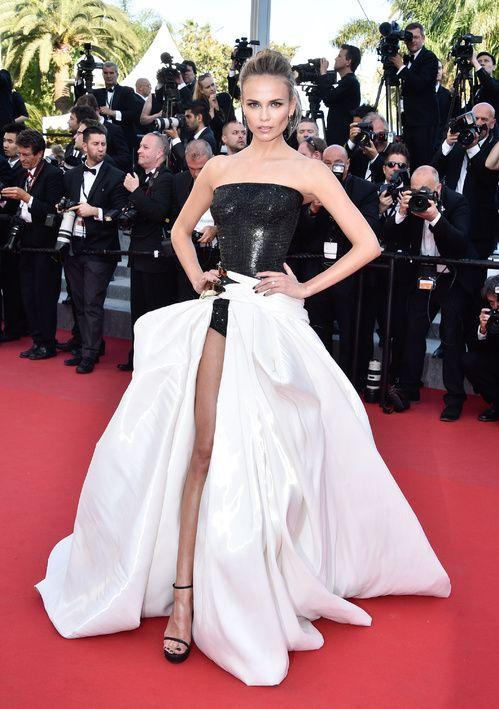 Natasha Poly, égérie L'Oréal Paris, en robe Atelier Versace automne-hiver 2014-2015 et bijoux De Grisogono