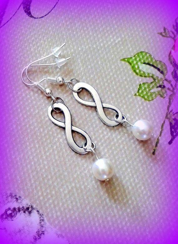 Boucles d'oreilles infini perles nacres argentées fait main unique made in france made in Normandie : Boucles d'oreille par c-comme-celine