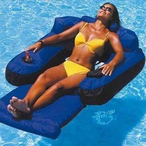 Τι θα μπορούσε να σας προσφέρει περισσότερη άνεση από μία φουσκωτή ξαπλώστρα; Ιδανική για να απολαύσετε τις ακτίνες του ήλιου και να κάνετε ένα διάλειμμα από την καθημερινότητα!