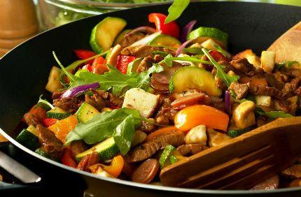 Fläskfilé i panna med grönsaker, korv och halloumiost.