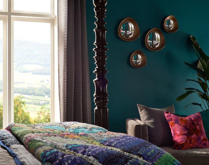 Usa colores serenos y tonos profundos para tu habitación.