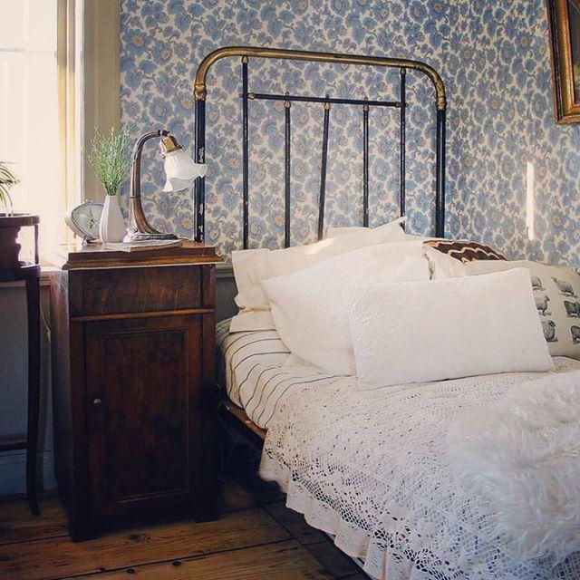 Tapeten, sänglampan och järnsängen! Jag tackar ja till att sova över om @amandabrk bjuder in mig om man säger så. Min barndomsbästis hade en fin järnsäng när jag var liten och jag var grön av avund. Det har inte gått över. #underbaraboning #vackrahem #antik #finahem