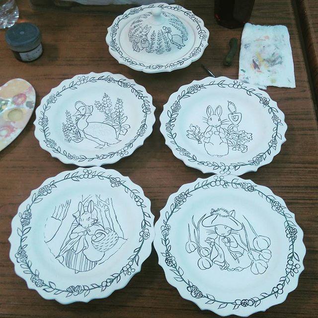 Beatrix Potter Fabılları... Tales of Beatrix Potter... #tilepainting #tilecoasters #painting #handpainted #dish #paintingart #drawing #tile #plate #decorativeplate #tileart #tilepainting  #coaster  #instalike #byneshka #çini #art #craft #çiniboyama #dish #fable #bardakaltlığı #tavşanpeter #şekerlik #handpaint #handcraft #fairytale #petterrabbit  #beatrixpotter #animaltales #tale #sugarbowl