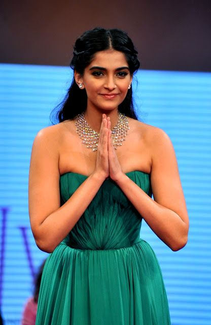 Sonam Kapoor Hot Cleavage Show In Green Dress At The India International Jewelery Week (IIJW) 2012 - Kapoor Cleavage