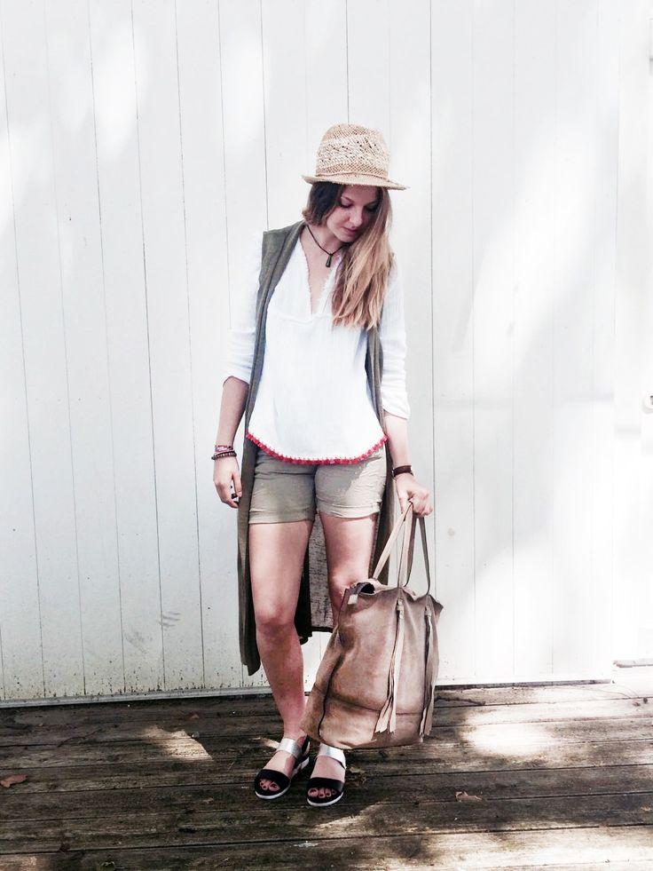 Outfit der Woche! Hippie-Bluse mit Bommelsaum: Please – Khaki-Krempelshorts: Mavi – Longweste: Only – Strohhut: Seeberger – Veloursleder-Shopper mit Fransen: Marc O'Polo #fashion #ootw