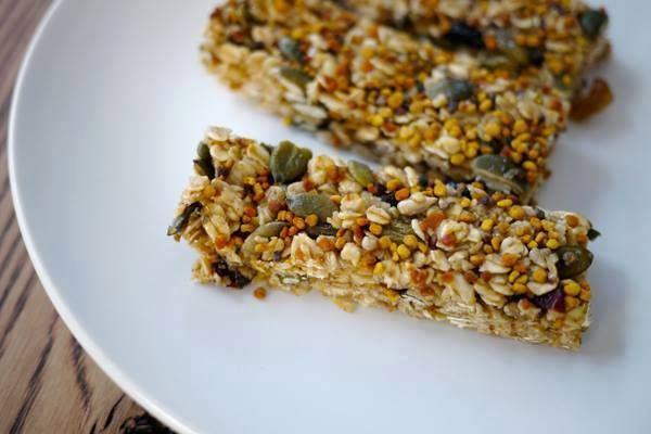 Barrette energetiche con: 2 tazze di fiocchi d'avena, 1/2 tazza di semi misti tra girasole e zucca, 80 gr di miele d'acacia, 40 gr di zucchero di canna, 40 gr di olio di cocco, un pizzico di vaniglia in polvere, 1 cucchiaio di bacche di goji, 1 cucchiaio di polline di fiori.