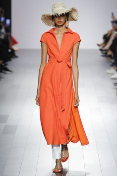 Love the style and color of this dress. Can definitely see it for a tropical honeymoon! Badgley Mischka Spring 2018 Ready-to-Wear