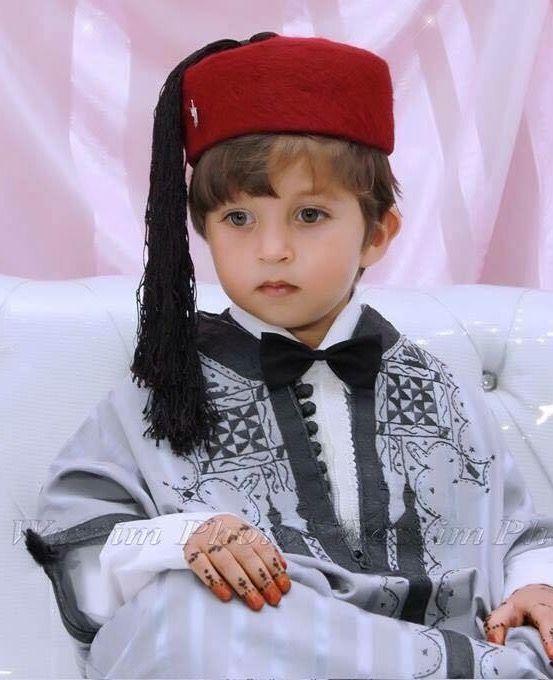 Jebba brodée au fil de soie roule pour enfant avec chéchia sur la tête