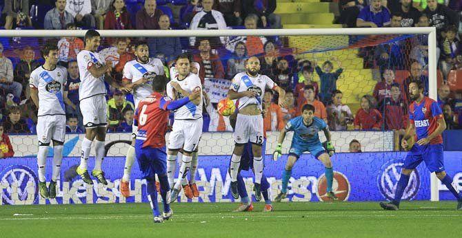 Momento del gol del Levante en el partido del sábado que significaba un nuevo empate para el equipo deportivista alfaquí