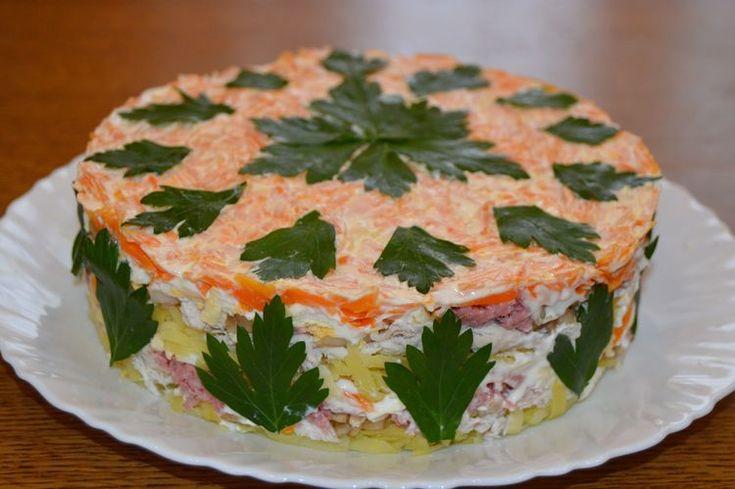 Очень вкусный салатик из обычных продуктов. Нежный и сочный - он обязательно понравится Вашим гостям. Предложите им определить, из чего состоит салат.  После приготовления вы получите 12 порций Вре…