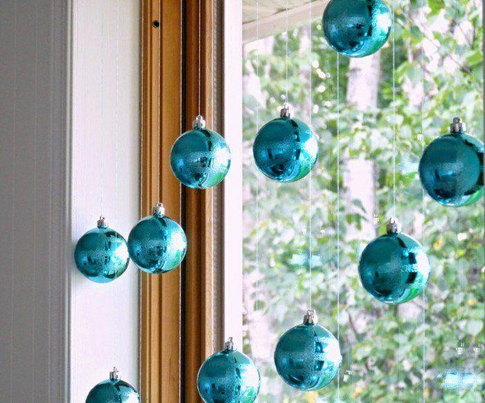 decoration fenetres fetes aux boules bleues brillantes sur des diverses longueurs