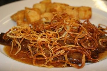 Zwiebelrostbraten: beef escalope with crispy onions #Austrian #Austria