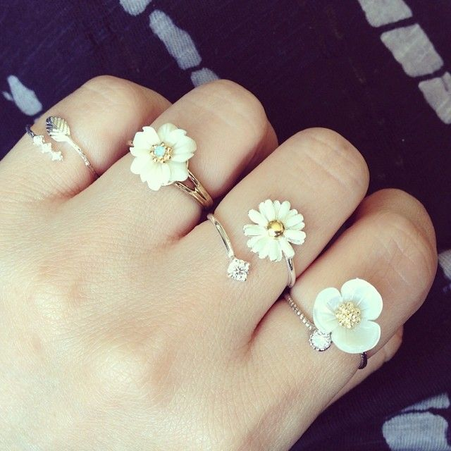 More boho, daisies rings. Hippie boho bohemian gypsy rings accessories and jewelry. For more followwww.pinterest.com/ninayayand stay positively #pinspired #pinspire @ninayay