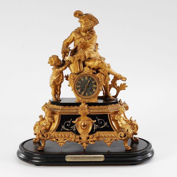 Prunkvolle Lenzkirch-Figurenpendule auf Holzsockel. Um 1890. Bronzierter Metallguss, schwarzer Marmo