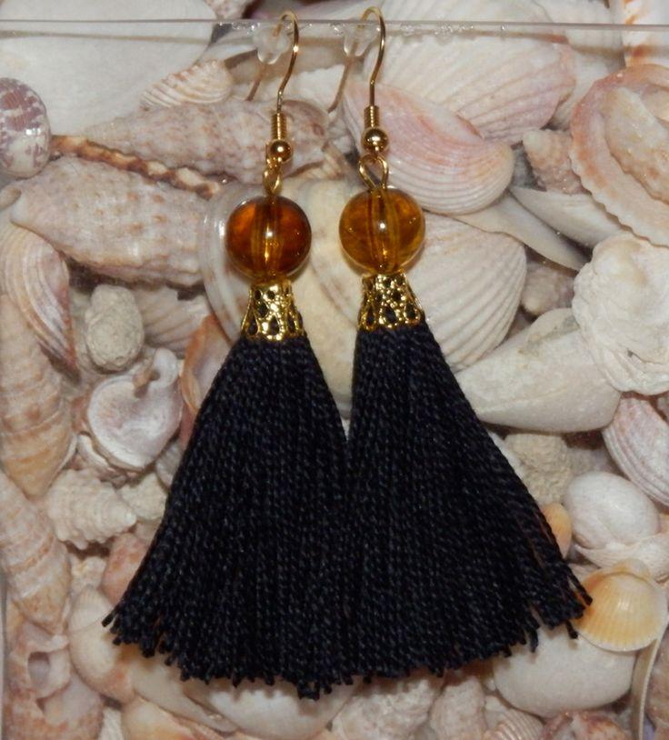 Střapec BLACK-JANTAR Náušnice černý střapec velikost 6 cm. Doplněné jantarovým korálkem , zlatý afroháček.   http://www.gobra-nails.cz/zdrava-krasa/koralky-l4t/nausnice/nausnice-1288.html