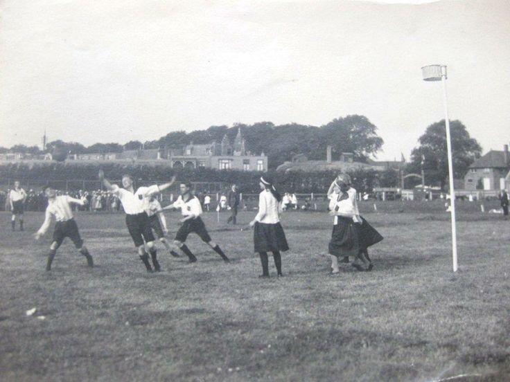 Ca 1930, een wedstrijd tussen Friso en Leeuwarden op de voormalige Wilhelminabaan (renbaan) in Leeuwarden