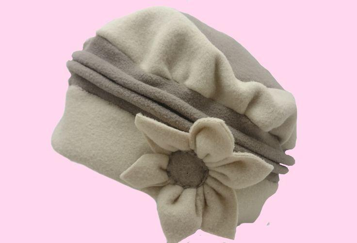 Ce chapeau en polaires beige et marron clair est entièrement personnalisable. Création artisanale réalisée à Landerneau.