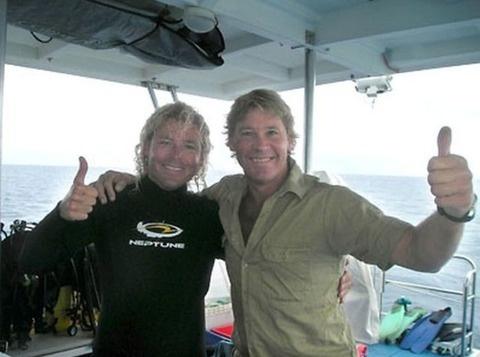 偉人たちの最後に撮られた写真 スティーブ・アーウィン(Steve Irwin、本名: Stephen Robert Irwin、1962年2月22日 - 2006年9月4日)はオーストラリアの動物園経営者・環境保護運動家。反捕鯨運動でも活動していた。アメリカではアニマルプラネットで彼がホストを務めた人気テレビ番組『クロコダイル・ハンター』、日本では日本テレビの『世界まる見え!テレビ特捜部』などでも紹介されていた。オーストラリア国内では「世界で最も有名なオーストラリア人」とされていた。