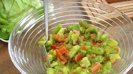 Leikkaa avokadot pieniksi kuutioiksi. Poista tomaateista ja kurkusta malto, jotta salaatista ei tule vetinen. Leikkaa jäljelle jääneet osat pieniksi kuutioiksi. Silppua salottisipulit ja yhdistä kaikki ainekset. Lisää balsamiviinietikka, oliiviöljy ja sitruunan mehu. Mausta valkopippurilla ja reilulla suolalla. Sekoita ja tarkista maku.