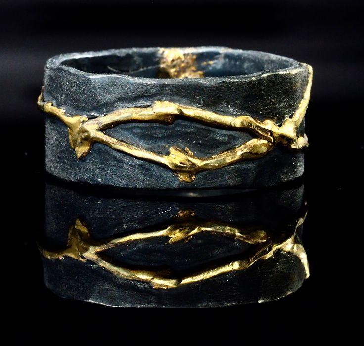 Een rivier van 18 K Gold herstelt deze geoxideerd zilver band in de traditie van kintsugi. Kintsugi is de Japanse kunst van het repareren met goud. Als een filosofie behandelt het breuk en reparatie als onderdeel van de geschiedenis van een object, in plaats van iets te verhullen. De aangepaste ring afgebeeld is 10 mm breed, hoewel ik deze ring in uw maat en uw voorkeur breedte kunnen maken. Aangepaste ringen in het algemeen nemen een paar weken van bestelling tot levering, maar convo me als…