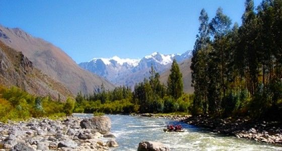 """Urubamba River Rafting – 1 dag"""" er for alle, der ønsker en sjov og adrenalinfyldt dag i floden i naturskønne omgivelser. Nyd en dag med familien eller med gode venner."""