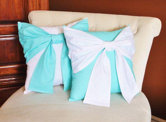 Cuscino di tiro impostare fiocco bianco sul cuscino di bedbuggs