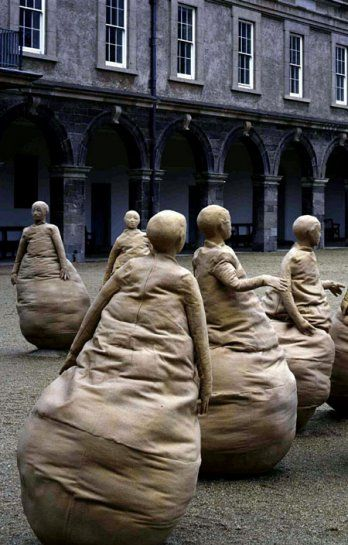 'Conversation', by Juan Muñoz.  Twenty two figures: resin, sand, cloth