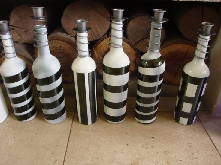 Candelabros hechos con botellas de vino recicladas y pintdas. www.lacaloatamosconalambre.com