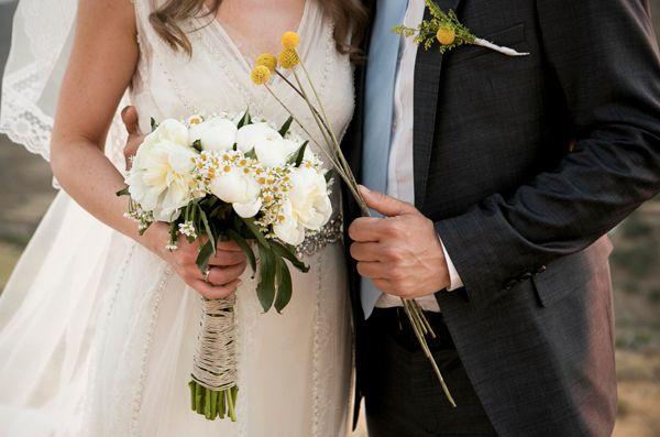 Perfect bridal bouquet for a rustic greek island wedding! #chamomilebouquet #rusticweddingflowers #greekislandwedding See more here http://www.love4wed.com/greek-island-wedding-kea/