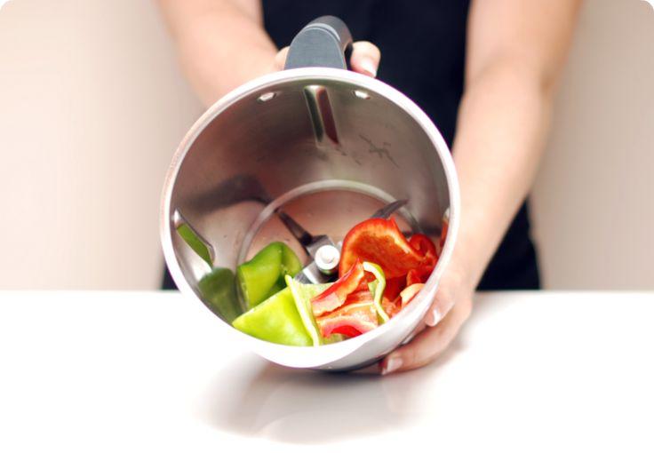 Los pimientos confitados están riquísimos como acompañamiento de carnes y pescados, para aderezar todo tipo de ensaladas, en canapés, con queso, en bocadillos (añádele mayonesa y verás que delicia). Para hacer esta receta puedes usar pimientos normales o usar pimientos del piquillo de lata. Puedes cortarlos en tiras o trocear con tu thermomix. No te …
