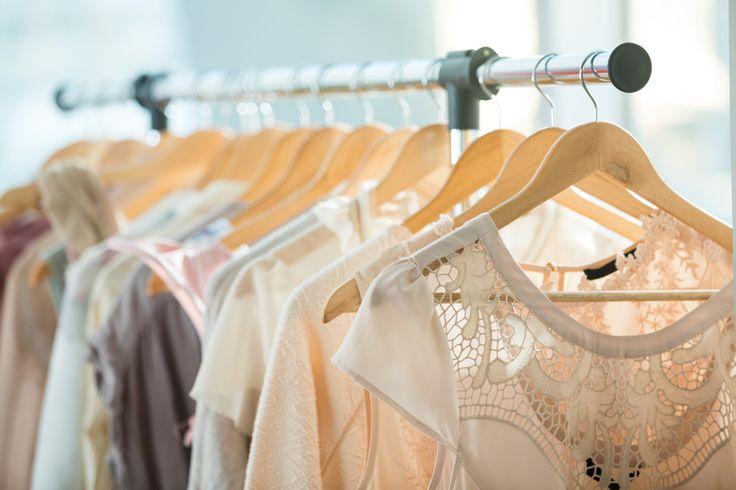 Wohin mit aussortierter Kleidung? Wenn das große Ausmisten durch ist, habe ich hier alle wichtigen Möglichkeiten, wo ihr noch ein bisschen Taschengeld für die Sachen bekommt.
