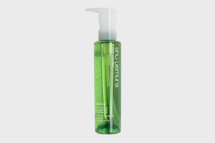 гидрофильное масло Shu Uemura, которое может заменить сразу несколько средств по уходу за кожей. Это жирная прозрачная жидкость, которая при контакте с водой превращается в очищающее молочко. Оно мягко снимает даже водостойкий макияж, очищает поры, увлажняет и успокаивает кожу.