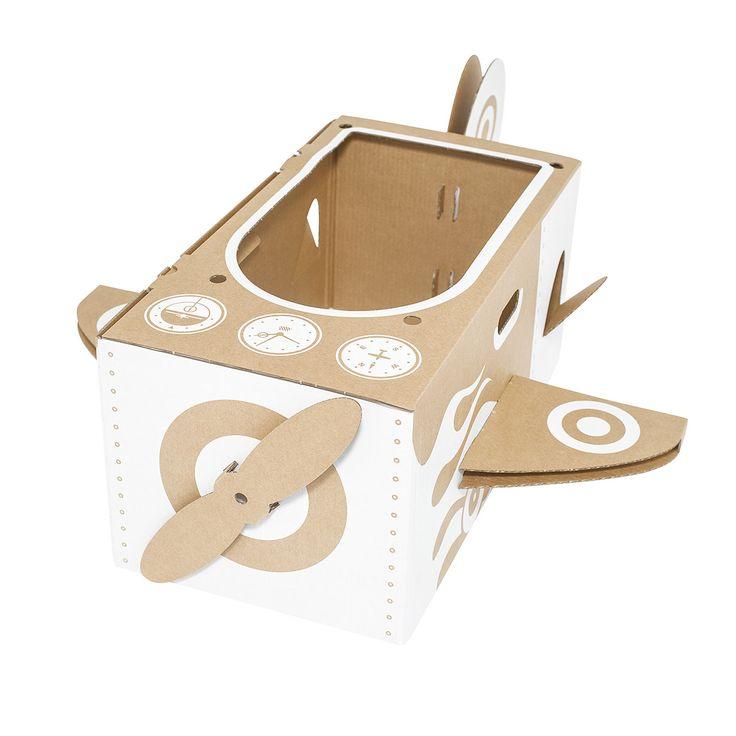 Articolo: FOFLIAE11Little Aeroplane est un jouet en carton pliable qui représente un avion miniature. Un jouet fort et durable, conçu pour être décoré et personnalisé par les enfants. Montez-le et laissez vos enfants s'amuser à le dessiner, peindre et jouer. Ils n'auront qu'à sauter dedans et prendre les poignées latérales pour s'envoler vers de nouvelles aventures. Repliez-le sur lui-même pour le ranger en cas de non utilisation et pour l'emmener lors de vos déplacements.