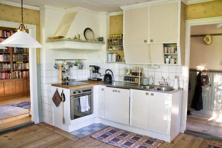 Köket med spiskåpa och skurgolv från 1911, köksskåp från 1930-50. Foto: Erika Åberg  #gamla #hus #byggnadsvård #restaurering #funkis #kök #tapet #spiskåpa #diskbänk #skurgolv