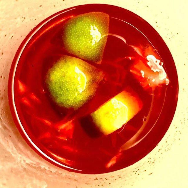 Fatelo. Fatelo con le fragole quelle fresche questa è la loro stagione il loro tempo rosso vivo Un caipiroska alla fragola si fa con 50g di vodka 30g di fragole frullate 20 ml di lime e un cucchiaino di zucchero di canna grezzo. Degustatelo con la colonna sonora perfetta: #SergeGainsbourg e #JaneBirkin Je t'aime  #MCHappyhour #Caipiroska #Strawberry #Cocktailfashionista #Cocktailtime  via MARIE CLAIRE ITALIA MAGAZINE OFFICIAL INSTAGRAM - Celebrity  Fashion  Haute Couture  Advertising…