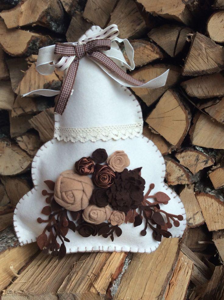 Albero di Natale alto 42 cm, interamente realizzato a mano in feltro con applicazioni di fiori e rami in feltro, raso pizzo e nastrini. Tutto nei toni caldi della terra
